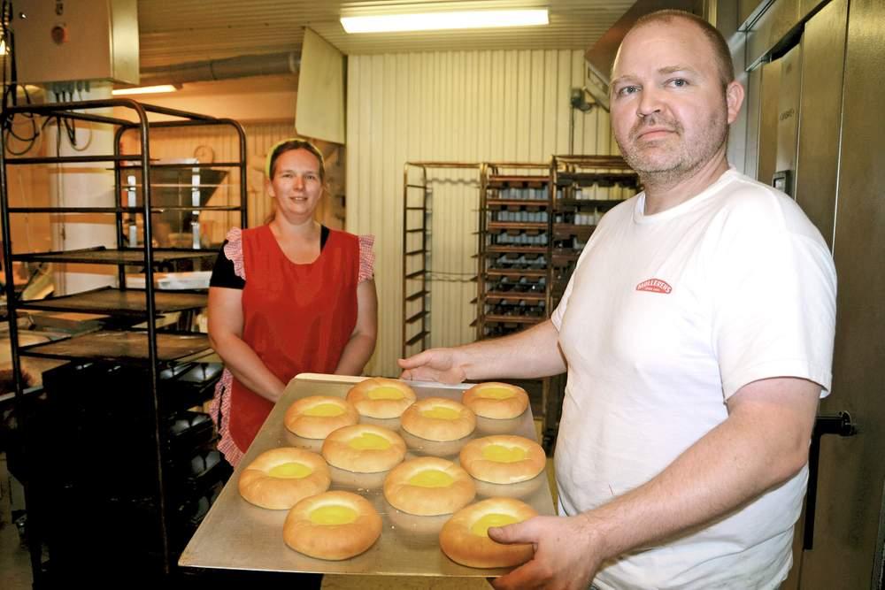 Esther og Vincent Ekkelenkamp ville finne seg eit bakeri som dei kunne drive i Norge, og fann det på Stranda. Foto: Terje Engås