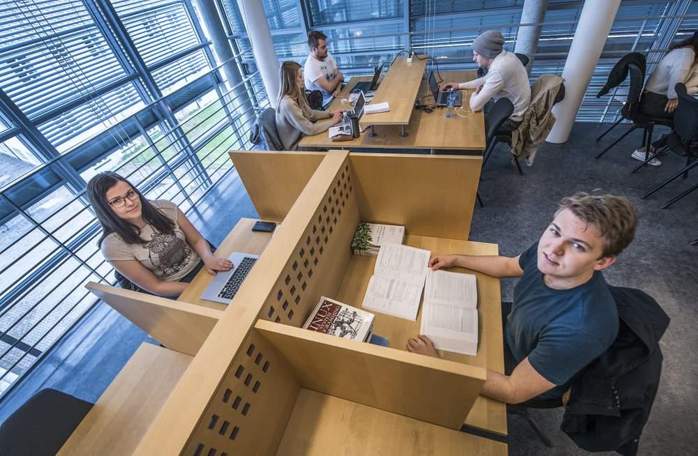 Lav studiestøtte:  – Studiestøtten er så lav at man må jobbe ved siden av. Da gjelder det å finne en balanse, sier Camilla Perander og Arne Kragseth.