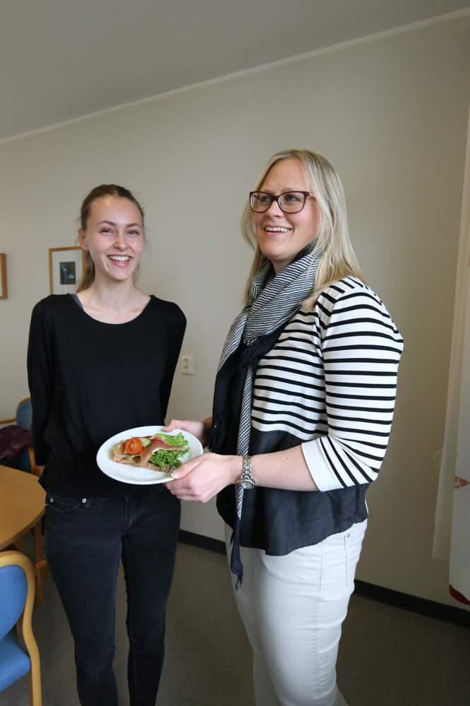 Mat og pauser: Student Eli B. Urke og klinisk ernæringsfysiolog Kirsti K. Bjerkan mener det er viktig med god mat og pauser. – Det er bedre å lese aktivt i 30-45 minutter, og lufte hodet litt før man fortsetter.