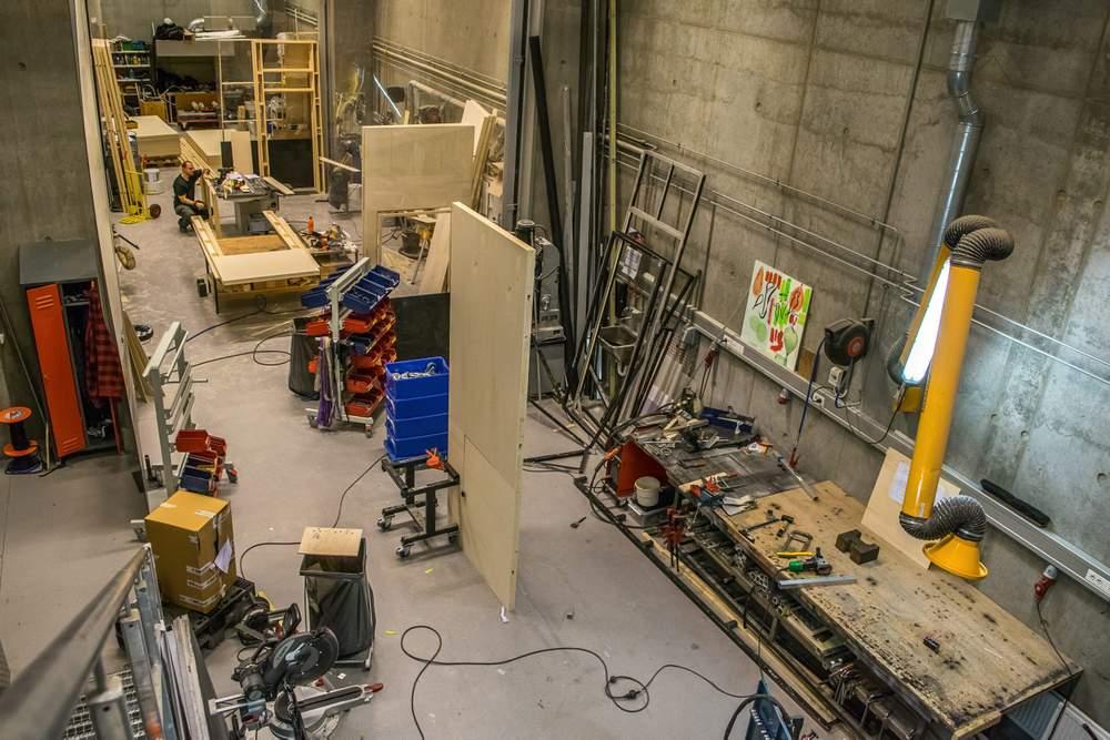 Scenografien lages i full størrelse på Teatret Vårt, der snekkerverkstedet ligger rett bak scenen. Denne gangen er scenografien tilpasset Arbeideren i Ålesund. Foto: Ticiane Oliveira