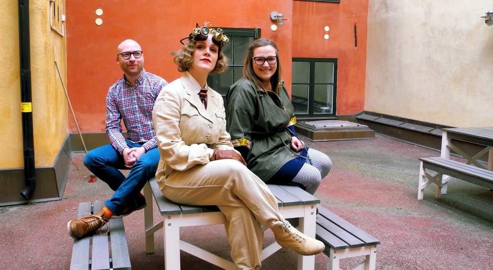 Utenfor Voblings studio. Hilde som arkeologprofessor Elisabeth Brix, som hun selv spiller i VR-sekvensene. Foto: Karin Rykkje