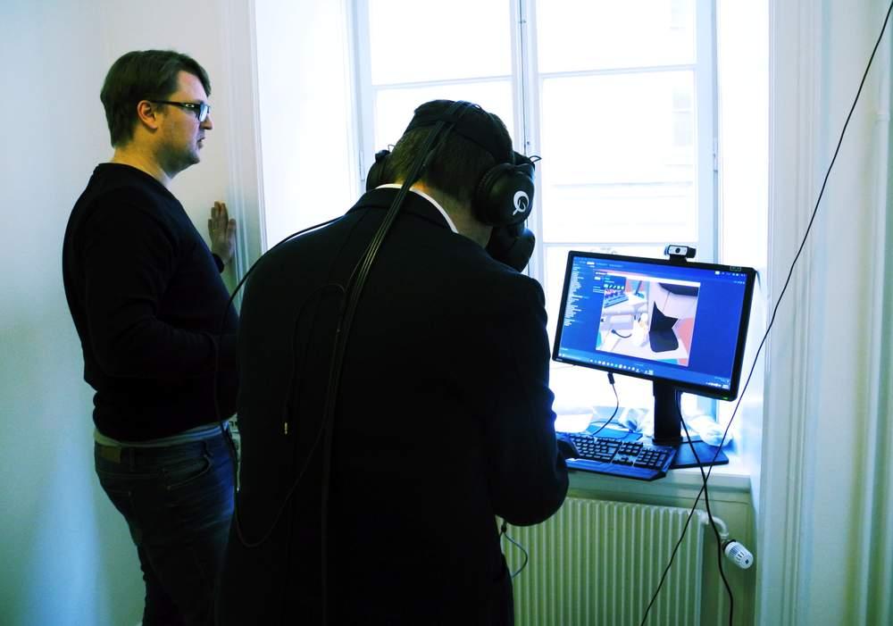 Administrerende direktør Patrick Hansson viser smakebiter på VR-opplevelser. Briller og øretelefoner hører med. Foto: Karin Rykkje