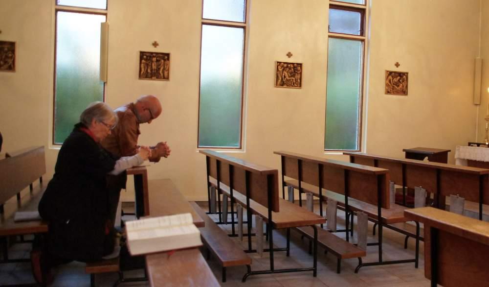 Kolbjørn og kona ber under messen. <em>Foto: Olivia Knudsen</em>