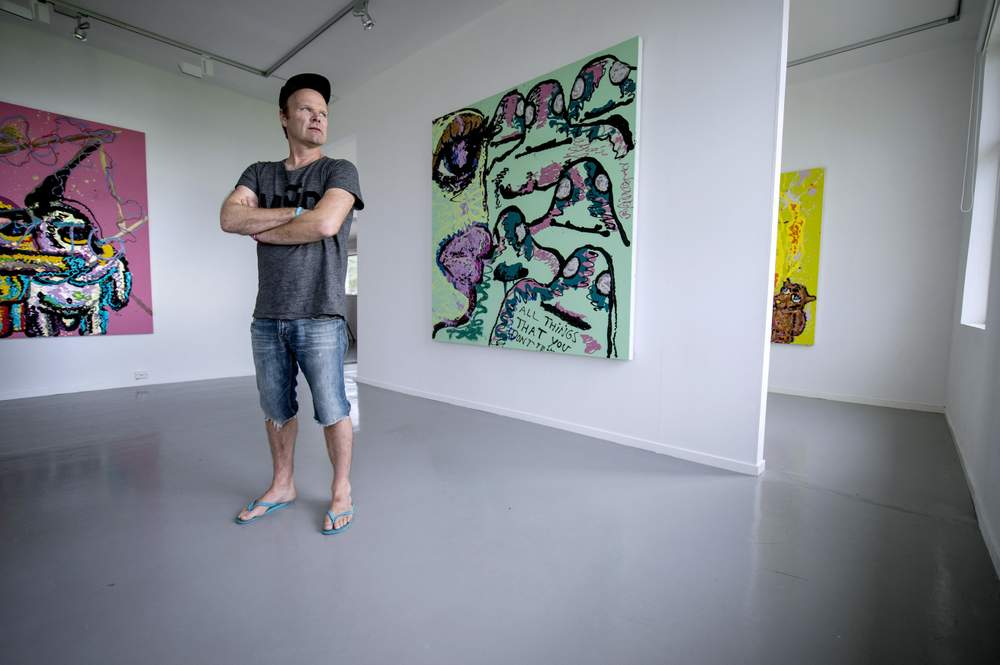 Måleria frå Bjarne Melgaard er malt spesielt for Flø og galleriet til Hugo Opdal. Inspirasjonen er kjærleikssorg. Foto: June R. Johansen