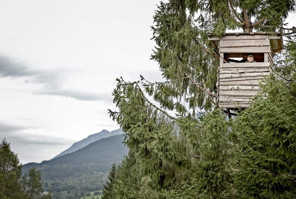 Jakthytta Grana er bygd åtte meter opp frå bakken. Herifrå har jegerane god oversikt i fleire retningar.