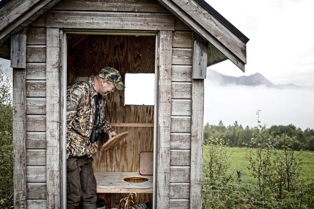 Dette er ei gammal jaktbu, og installasjonen med utedo er truleg berre eit humoristisk innslag i interiøret.