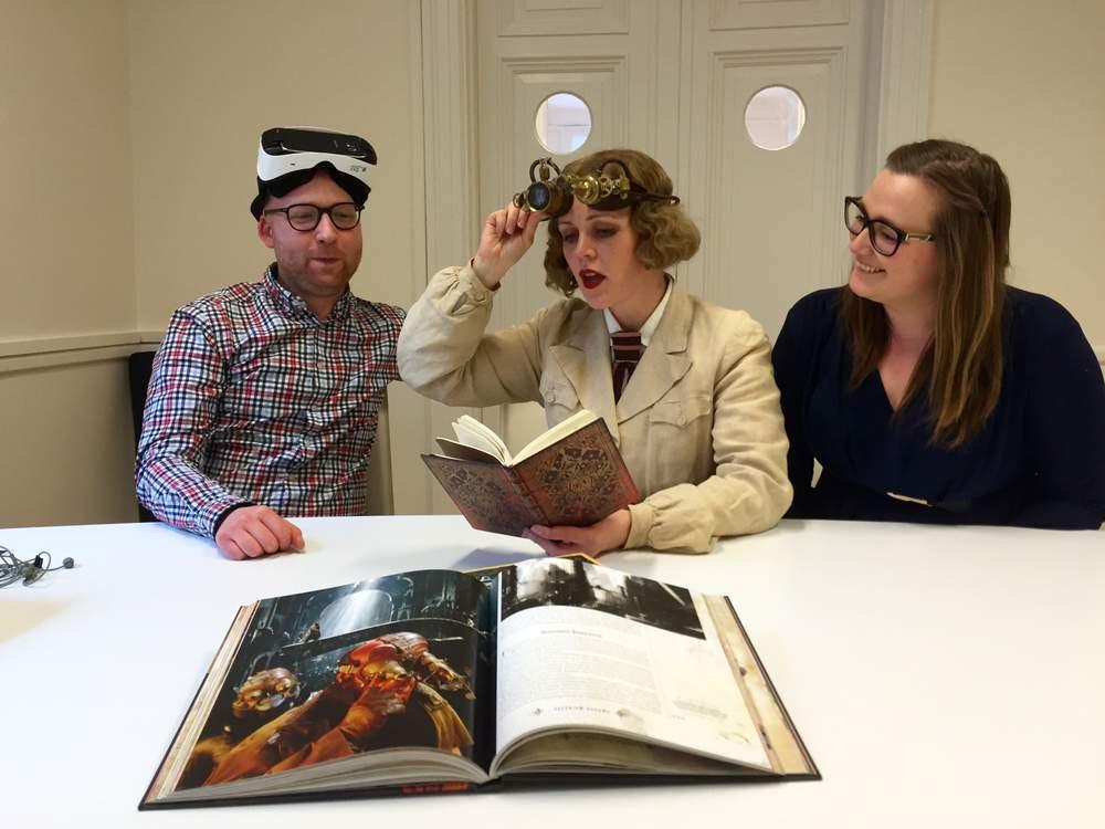 Johann har laget VR-universene i Labyrint. Hilde har prøvd seg som scenograf for første gang, blant annet inspirert av denne boka om steampunk. Foto: Karin Rykkje