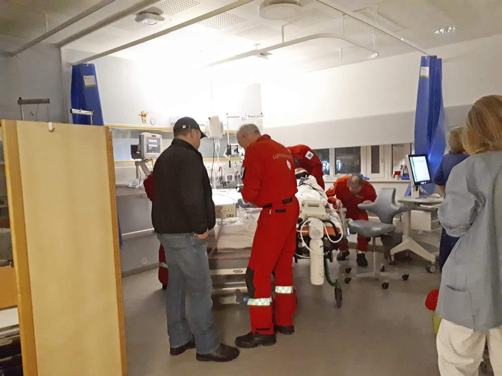 Legeteamet fra Oslo klargjør Julie til transporten med ambulansefly.