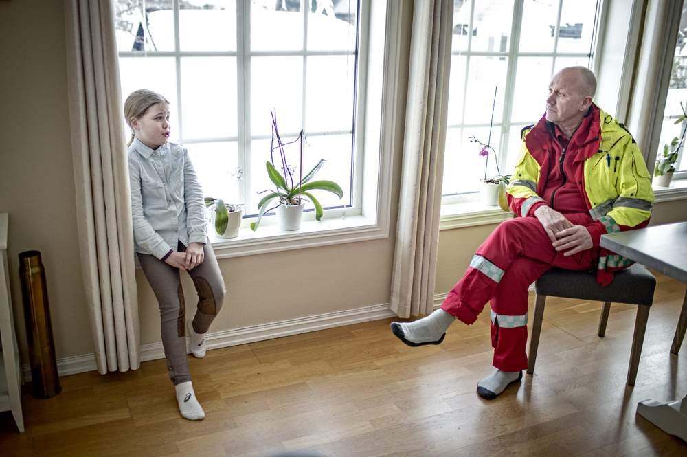 Julie og ambulansearbeider Per Inge Jelle snakker sammen for første gang siden julaften.