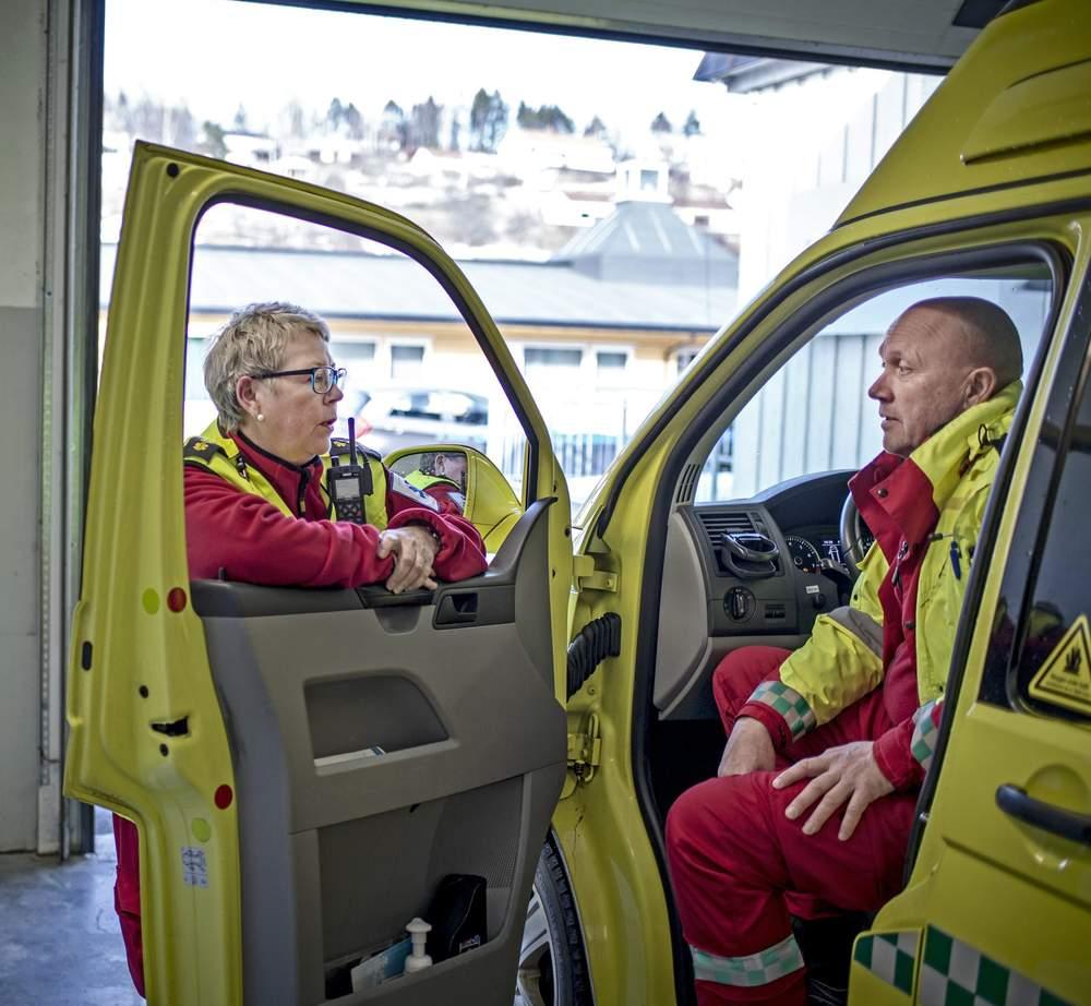 Ambulansearbeidere Margrete Midthjell og Per Inge Jelle.